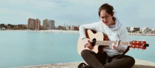 Marina Llorach, de Benicarló, dedica su nueva canción a los que luchan contra el covid y los que cumplen las normas