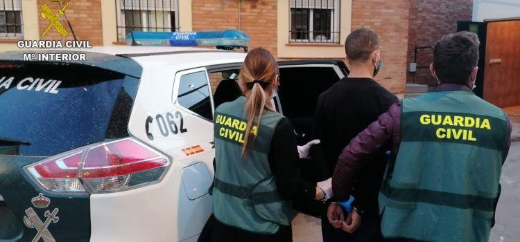 La Guardia Civil detiene al autor del lanzamiento de una encimera de mármol de grandes dimensiones desde la azotea de un edificio en Benicarló