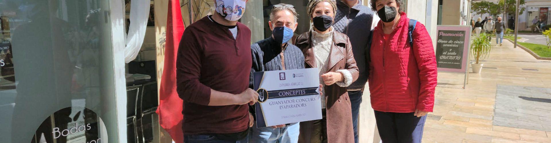 Entrega de diplomas a ganador y participantes del concurso de escaparates de Semana Santa de Vinaròs