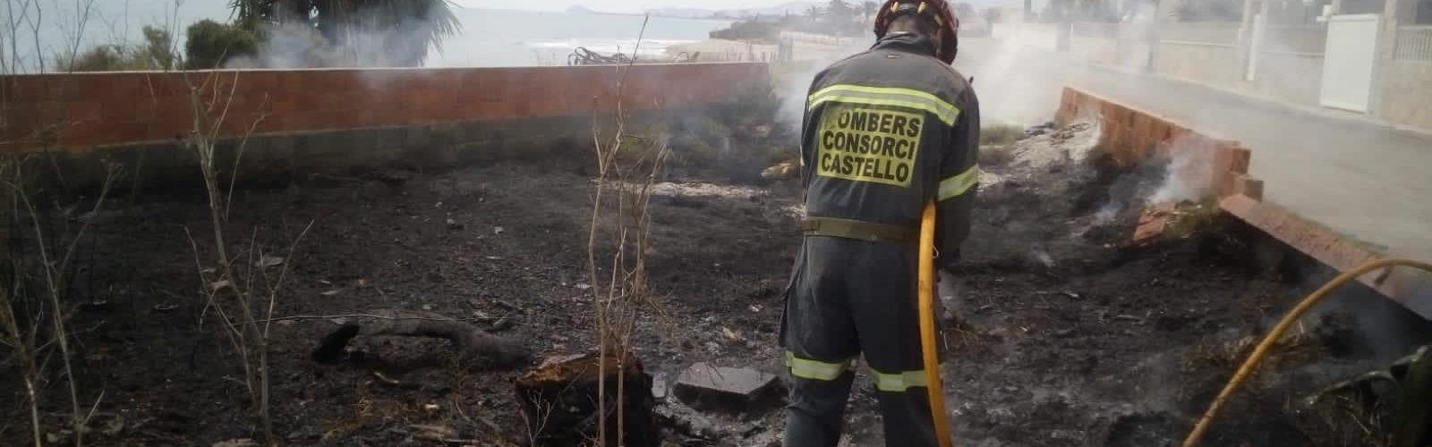 Incendio de vegetación en Vinaròs y retirada de enjambre de abejas en Càlig