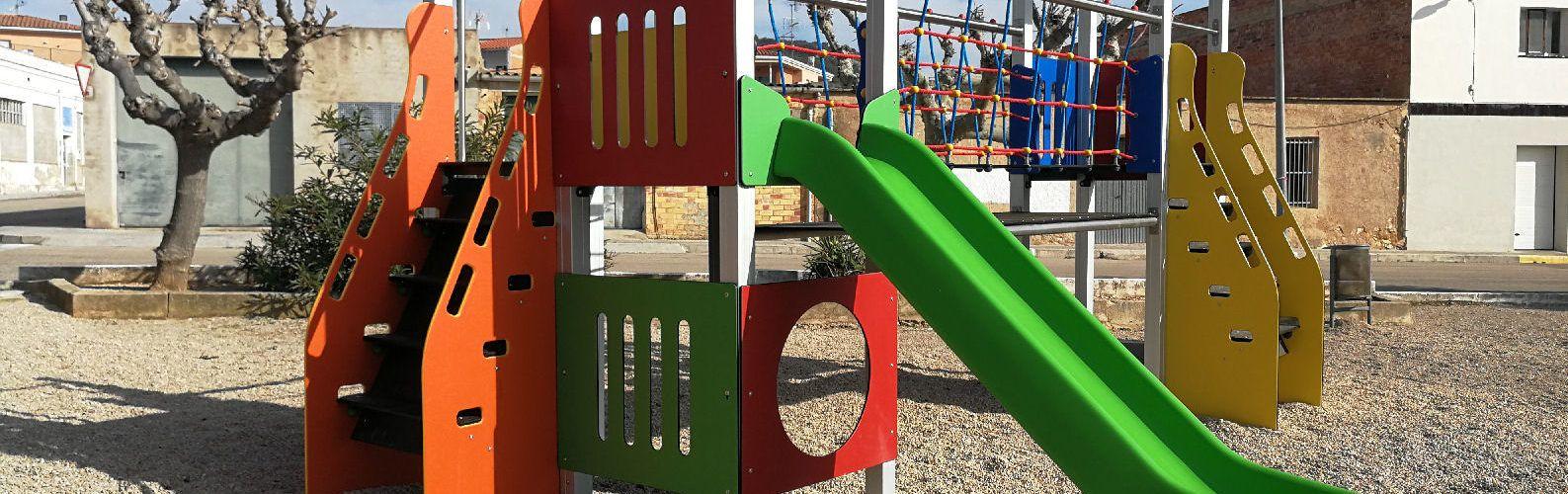 Nou mobiliari al parc infantil de Rossell