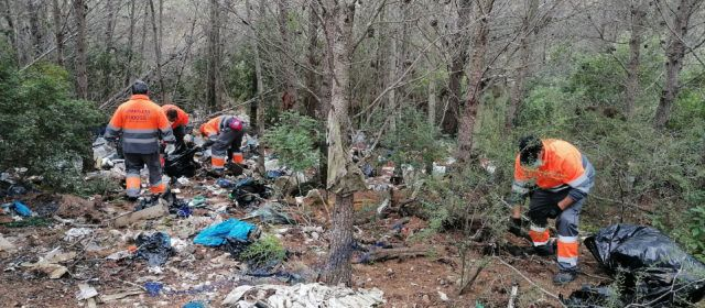 """El Ayuntamiento de Peñíscola limpia, """"ante la pasividad de Conselleria"""",el vertido incontrolado de residuos en el Parque Natural de la Sierra de Irta"""