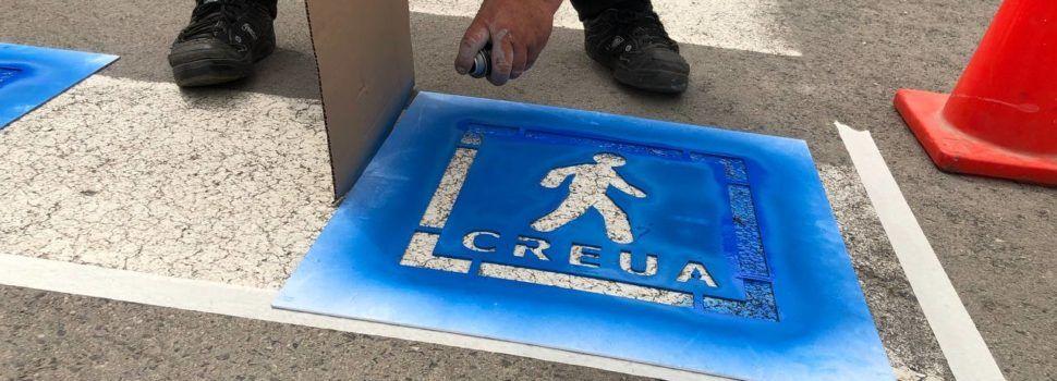 Amposta pinta pictogrames als passos de vianants per augmentar la seguretat de persones del col·lectiu TEA