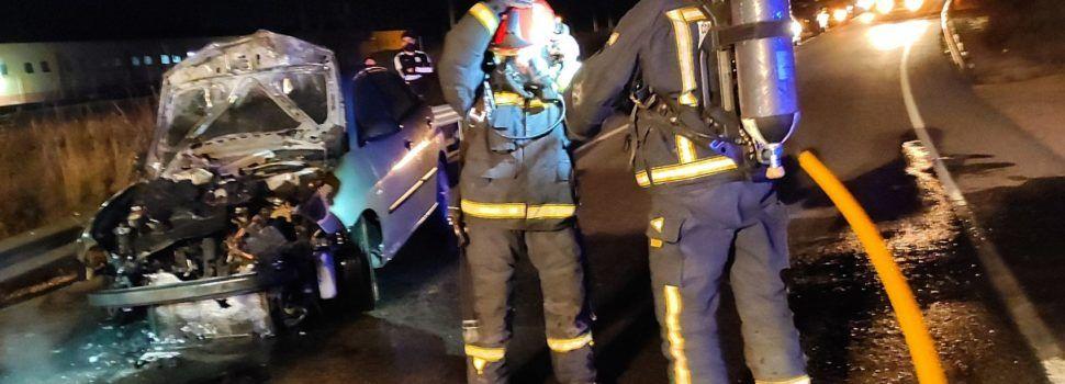 Accidente por alcance e incendio de un turismo en Benicarló