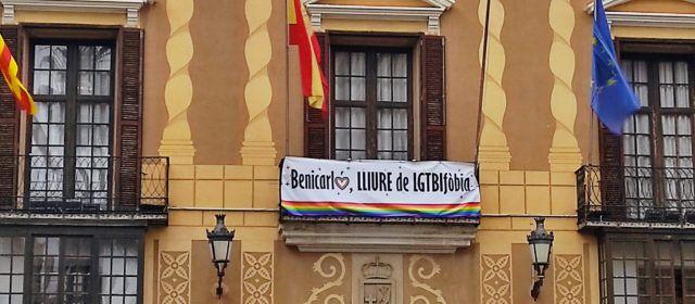 La façana de l'Ajuntament de Benicarló recorda el Dia Mundial contra l'LGTBIfòbia