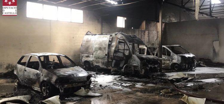 Tres vehículos calcinados en el incendio de una nave en Vinaròs