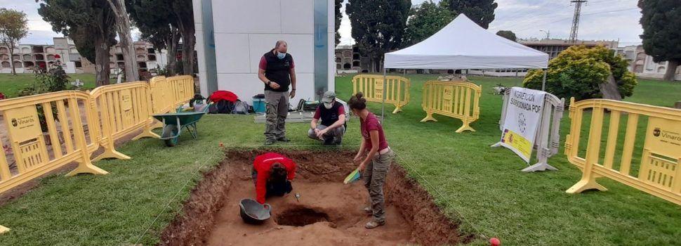 Exhumación en el cementerio de Vinaròs de una víctima de la represión franquista