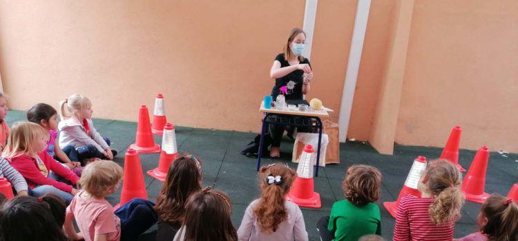 Núria Albesa mostra l'esquitx al col·legi Misericòrdia de Vinaròs