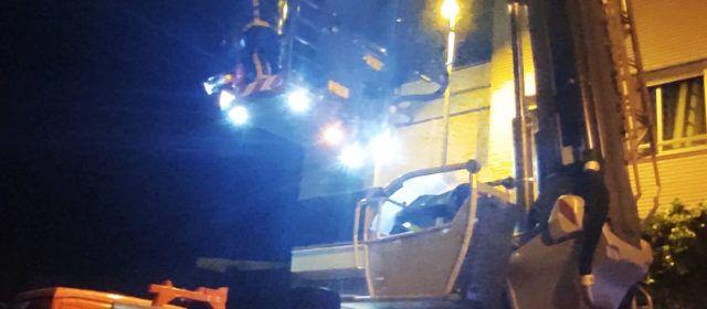 Los bomberos rescatan a un vecino de Benicarló con su autobrazo telescópico