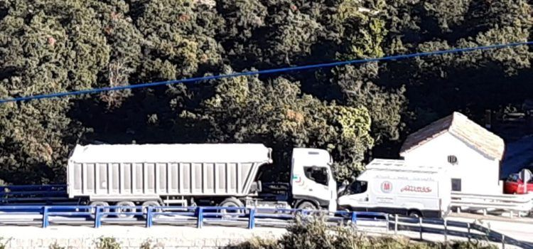 Choque entre un camión y una furgoneta en el puente de la Bota de la N-232