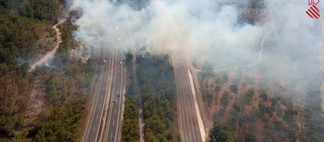 Un incendi forestal al terme municipal de Peníscola ha obligat a tallar l'autopista