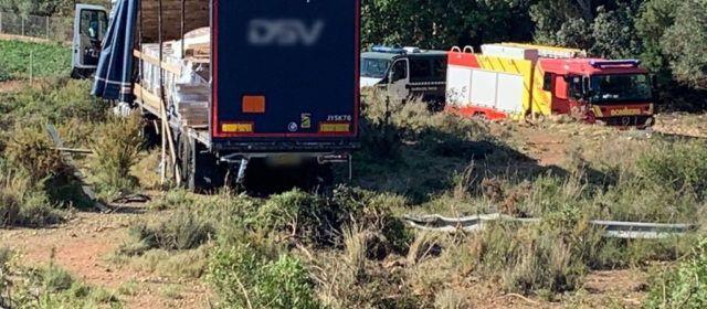 Accidente de camión con mercancías peligrosas en Benicarló, sin vertido