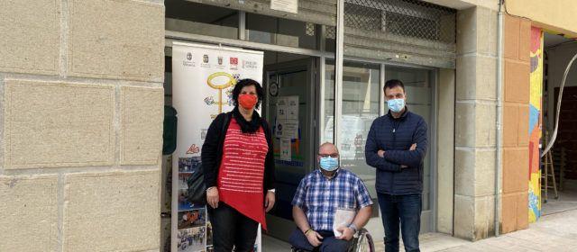 Puerta visita Cocemfe Maestrat a Vinaròs, reivindicant el paper de les associacions en la inclusió social de col·lectius amb discapacitat