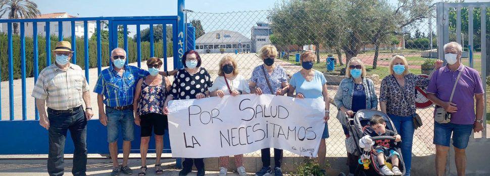 Nueva protesta de usuarios de la piscina municipal de Benicarló, reclamando su reapertura