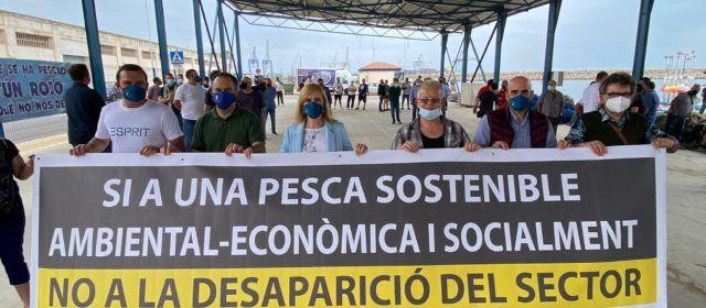 El alcalde de Peñíscola, junto al sector pesquero, en la concentración convocada por la Comisión Interfederativa de Cofradías de Pescadores de la Comunitat