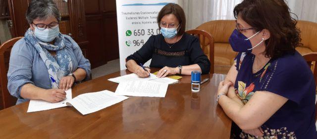 L'alcaldessa firma els convenis anuals amb Ateneu Maestrat i AFA Benicarló