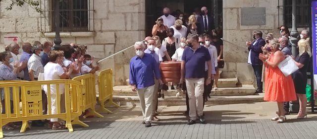 Vinaròs acomiada amb emoció l'exalcalde Jordi Romeu