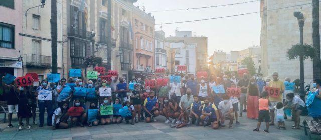 La protesta por el cierre de la piscina de Benicarló se traslada frente al Ayuntamiento