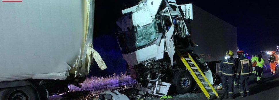Accidente con dos camiones implicados en la AP7, término de Alcalà