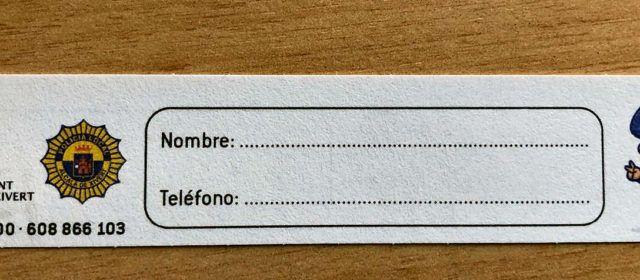 L'Ajuntament d'Alcalà-Alcossebrereparteix polseres identificatives per a menors