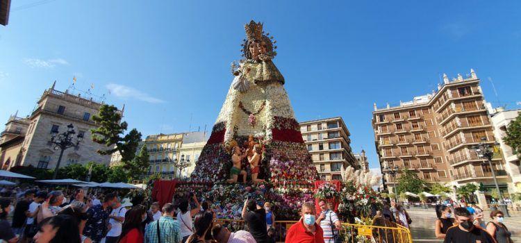 Vídeo i fotos: Els valencians omplin de flors la seua patrona