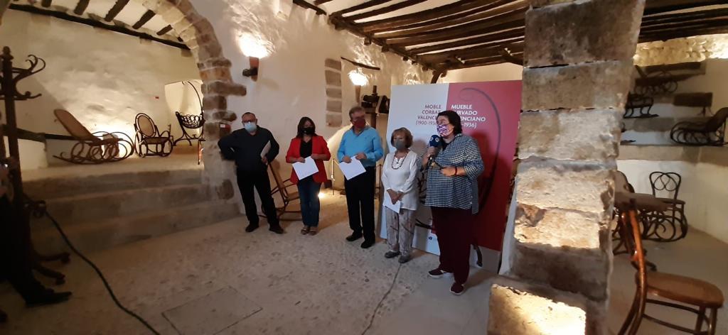 La diputada de Cultura inaugura a les Coves de Vinromà una exposició sobre mobiliari antic, amb participació de la Fundació Caixa Vinaròs