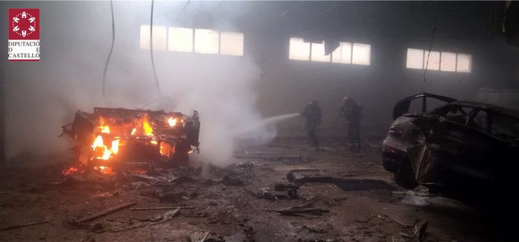 Incendio de un camión de desguace en una nave abandonada de Vinaròs