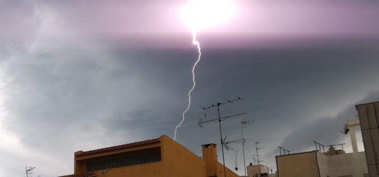 Vídeos i fotos: Un dissabte de tempestes