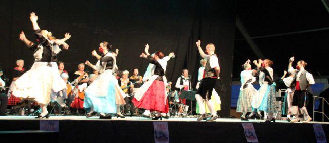 Gran actuación del grupo folklórico Les Camaraes
