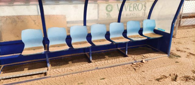 Visita d'autoritats al camp esportiu municipal d'Alcanar, greument afectat pels aiguats