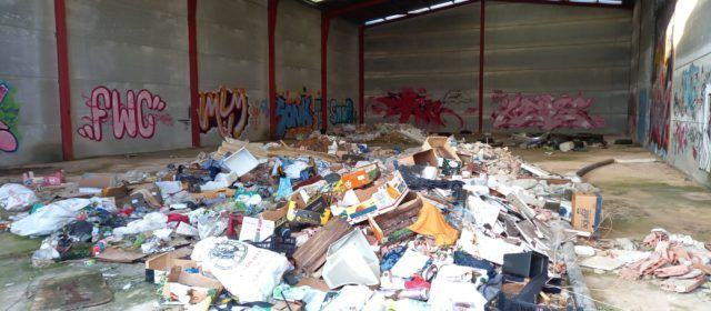 Acumulació de residus en unes naus a Vinaròs