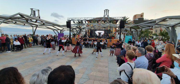 Vídeos i fotos: globotada, Les Camaraes i Invers, a la Fira del Llibre de Vinaròs