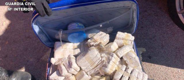 La Guardia Civil detiene a un varón que circulaba con casi 200 tabletas de hachís por la AP-7