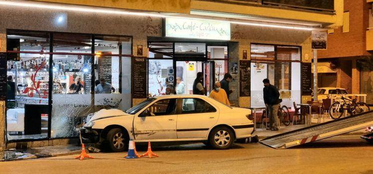 S'empotra un turisme a Benicarló contra la façana d'una cafeteria