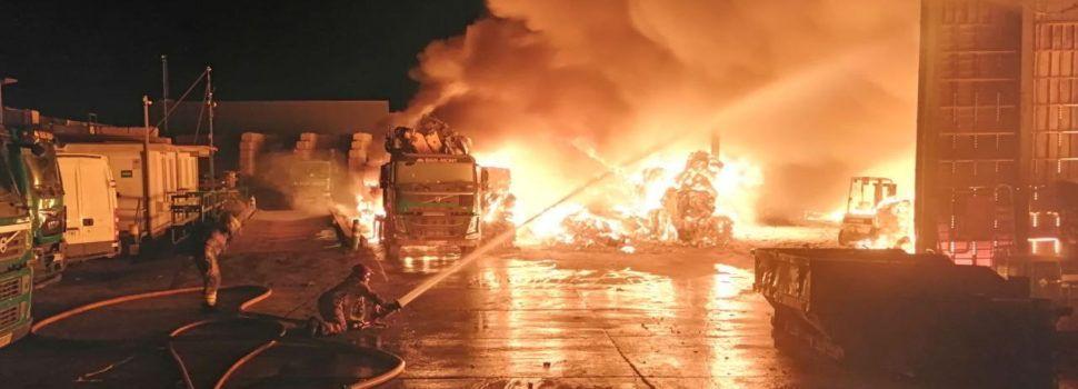 Incendi en una nau industrial d'Amposta