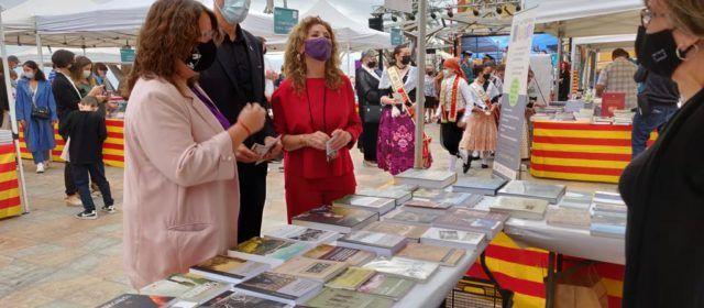 La diputada de Cultura, Ruth Sanz, assisteix a la inauguració de la Fira del Llibre de Vinaròs